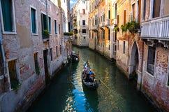 Venecia, Italia 31 de agosto de 2016 Góndola en el canal de Venecia Foto de archivo libre de regalías
