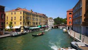 VENECIA, ITALIA - 8 DE AGOSTO DE 2017 Lapso de tiempo del tráfico de agua en el canal veneciano y terraplénes peatonales almacen de metraje de vídeo