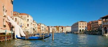Venecia, Italia - 14 de agosto de 2017: Manos gigantes para arriba del agua de Grand Canal para apoyar el edificio Este informe p foto de archivo libre de regalías