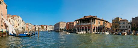 Venecia, Italia - 14 de agosto de 2017: Manos gigantes para arriba del agua de Grand Canal para apoyar el edificio Este informe p Fotografía de archivo