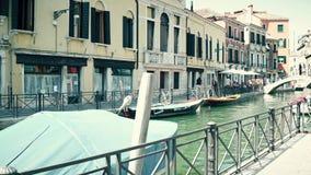 VENECIA, ITALIA - 8 DE AGOSTO DE 2017 Paseo de Steadicam a lo largo del terraplén veneciano del canal metrajes