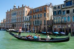 Venecia, Italia 31 de agosto de 2016 Turistas en góndola Foto de archivo libre de regalías