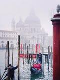 Venecia, Italia - 26 de diciembre 2015: Gond de la impulsión de los gondoleros de Venecia foto de archivo libre de regalías