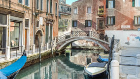 Venecia, Italia - 17 de febrero de 2015: Visión desde el uno de los muchos canales de Venecia Imágenes de archivo libres de regalías
