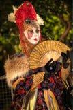 VENECIA, ITALIA - 8 DE FEBRERO: Persona no identificada en la máscara veneciana Foto de archivo libre de regalías