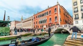 VENECIA, ITALIA - 15 DE FEBRERO DE 2018: Una gran cantidad de góndolas en Venecia durante el timelapse 4K del día metrajes