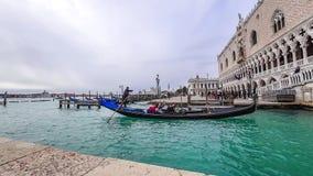 VENECIA, ITALIA - 15 DE FEBRERO DE 2018: Una gran cantidad de góndolas en Venecia durante el timelapse 4K del día almacen de metraje de vídeo