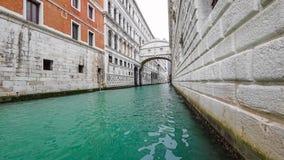 VENECIA, ITALIA - 15 DE FEBRERO DE 2018: Una gran cantidad de góndolas en Venecia durante el timelapse 4K del día almacen de video