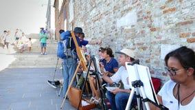 Venecia, Italia - 7 de julio de 2018: en el embarcadero de Venecia, muchos artistas, grupo adulto, estudiantes de la escuela de a metrajes