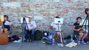 Venecia, Italia - 7 de julio de 2018: en el embarcadero de Venecia, muchos artistas, grupo adulto, estudiantes de la escuela de a almacen de metraje de vídeo