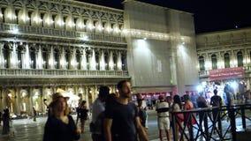 VENECIA, ITALIA - 7 DE JULIO DE 2018: La escena de la noche de San Marco Plaza en Venecia Italia muchos turistas caminan las call almacen de metraje de vídeo