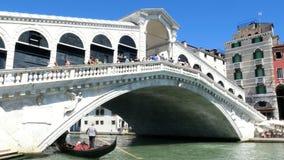 Venecia, Italia - 7 de julio de 2018: Puente y Grand Canal, casas antiguas de Rialto de Venecia, día de verano caliente tradicion metrajes