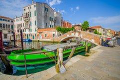 VENECIA, ITALIA - 18 DE JUNIO DE 2015: Los barcos son la manera principal del transporation en Venecia, puentes en el centro para Imagen de archivo libre de regalías
