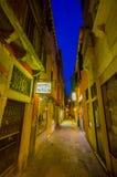 VENECIA, ITALIA - 18 DE JUNIO DE 2015: Poca calle en la noche en Venecia, hotel para los turists Visión agradable con el ligero y Fotos de archivo libres de regalías
