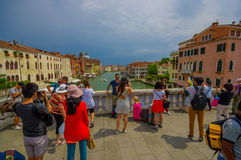 VENECIA, ITALIA - 18 DE JUNIO DE 2015: Turistas no identificados que toman las fotos en un puente magnífico en Venecia Vista agra Imagenes de archivo