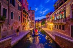 VENECIA, ITALIA - 18 DE JUNIO DE 2015: Vista espectacular de Venecia en la noche, barco en el centro del canal Gente visitting foto de archivo libre de regalías