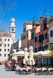 VENECIA, ITALIA - 28 DE MARZO DE 2015: Café de la primavera al aire libre en Venecia Cada año 20 millones de visitas Venecia de l Fotografía de archivo