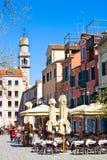VENECIA, ITALIA - 28 DE MARZO DE 2015: Café de la primavera al aire libre en Venecia Cada año 20 millones de visitas Venecia de l Fotos de archivo