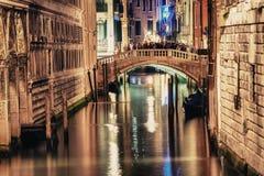 VENECIA, ITALIA - 23 DE MARZO DE 2014: Puente de suspiros en la noche con viaje Fotografía de archivo libre de regalías