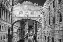 VENECIA, ITALIA - 23 DE MARZO DE 2014: Puente de suspiros en la noche con viaje Foto de archivo libre de regalías