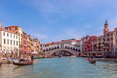 Venecia, Italia - 27 de marzo de 2019: Vista viva hermosa del Rialto famoso Bridge Ponte Di Rialto sobre Grand Canal imagen de archivo