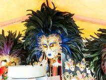 Venecia, Italia - 4 de mayo de 2017: Los vendedores se colocan - forma rentable y popular de recuerdos y de regalos tradicionales Foto de archivo libre de regalías