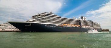 VENECIA, ITALIA - 16 DE MAYO DE 2010: Un barco de cruceros grande en Venecia, Italia Foto de archivo libre de regalías