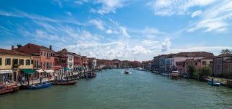 VENECIA, ITALIA - 17 DE MAYO DE 2010: Un canal en la isla de Murano en Veni Fotos de archivo