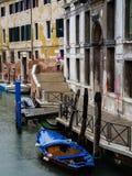 Venecia, Italia - 23 de mayo de 2105: Vista de un canal lateral y de un buildi viejo Foto de archivo libre de regalías