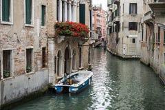 Venecia, Italia - 22 de mayo de 2105: Vista de un canal lateral y de un buildi viejo Fotografía de archivo