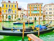 Venecia, Italia - 4 de mayo de 2017: la góndola navega abajo del canal en Venecia, Italia La góndola es un transporte tradicional Imagenes de archivo