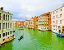 Venecia, Italia - 4 de mayo de 2017: la góndola navega abajo del canal en Venecia, Italia La góndola es un transporte tradicional Foto de archivo libre de regalías