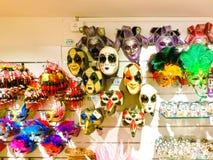 Venecia, Italia - 10 de mayo de 2014: Máscaras venecianas del carnaval, tienda de souvenirs en una calle Fotografía de archivo libre de regalías