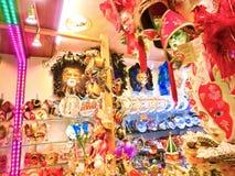 Venecia, Italia - 10 de mayo de 2014: Máscaras venecianas del carnaval, tienda de souvenirs en una calle Imagenes de archivo