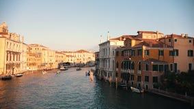 Venecia, Italia - 13 de noviembre de 2018 - Canal italiano Barcos que navegan en el río Lapso de tiempo almacen de video