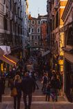 VENECIA, ITALIA - 27 DE OCTUBRE DE 2016: Gente en la calle en Venecia en puesta del sol, Italia fotos de archivo libres de regalías