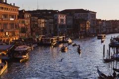 VENECIA, ITALIA - 27 DE OCTUBRE DE 2016: Gran Canal famoso del puente de Rialto en puesta del sol en Venecia, Italia fotografía de archivo
