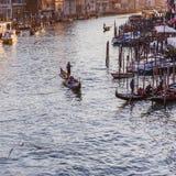 VENECIA, ITALIA - 27 DE OCTUBRE DE 2016: Gran Canal famoso del puente de Rialto en puesta del sol en Venecia, Italia foto de archivo libre de regalías