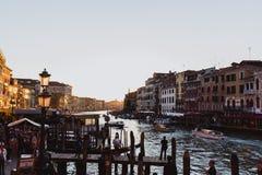 VENECIA, ITALIA - 27 DE OCTUBRE DE 2016: Gran Canal famoso del puente de Rialto en puesta del sol en Venecia, Italia imágenes de archivo libres de regalías