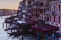 VENECIA, ITALIA - 27 DE OCTUBRE DE 2016: Gran Canal famoso del puente de Rialto en puesta del sol en Venecia, Italia imagen de archivo libre de regalías
