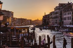 VENECIA, ITALIA - 27 DE OCTUBRE DE 2016: Gran Canal famoso del puente de Rialto en puesta del sol en Venecia, Italia foto de archivo