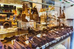 VENECIA, ITALIA - 27 DE OCTUBRE DE 2016: ventana de la tienda con los productos hechos a mano del chocolate en Venecia, Italia fotografía de archivo