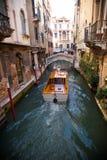 Venecia Italia 8 de septiembre de 2018 El gondolero veneciano que lleva en batea la góndola a través del canal verde riega imagen de archivo