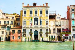 Venecia, Italia - 7 de septiembre de 2017: Velas del gondolero más allá de las casas venecianas Vida colorida de Venecia Foto de archivo libre de regalías