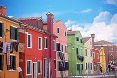 VENECIA, ITALIA, el 13 de abril de 2015 Isla de Burano, casas multicoloras de locals Café en el banco del canal Burano el islan Fotos de archivo
