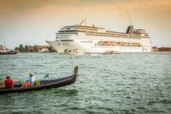 Venecia, Italia, el 9 de agosto de 2013: El barco de cruceros cruza a la Venetia Imágenes de archivo libres de regalías