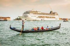 Venecia, Italia, el 9 de agosto de 2013: El barco de cruceros cruza a la Venetia Imagenes de archivo