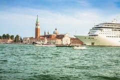 Venecia, Italia, el 9 de agosto de 2013: El barco de cruceros cruza a la Venetia Imagen de archivo libre de regalías