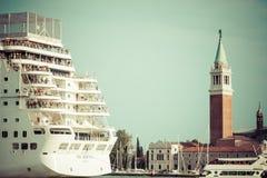 Venecia, Italia, el 9 de agosto de 2013: El barco de cruceros cruza a la Venetia Fotografía de archivo