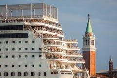 Venecia, Italia, el 9 de agosto de 2013: El barco de cruceros cruza a la Venetia Fotos de archivo libres de regalías